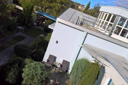 Ateliérové bydlení v klidné vilové čtvrti - Guesthouse