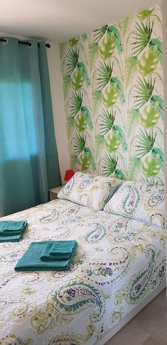 Большая спальня с двухместной кроватью.