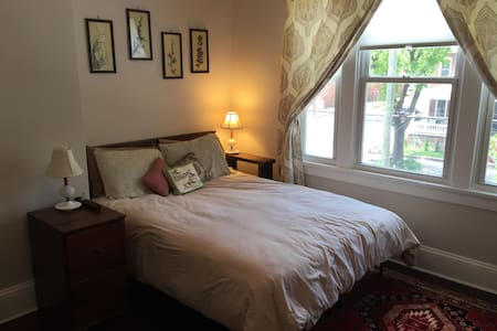 Classy Bedroom in Church Hill - Richmond - House