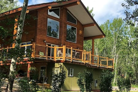 Beautiful Log Home by the Lake