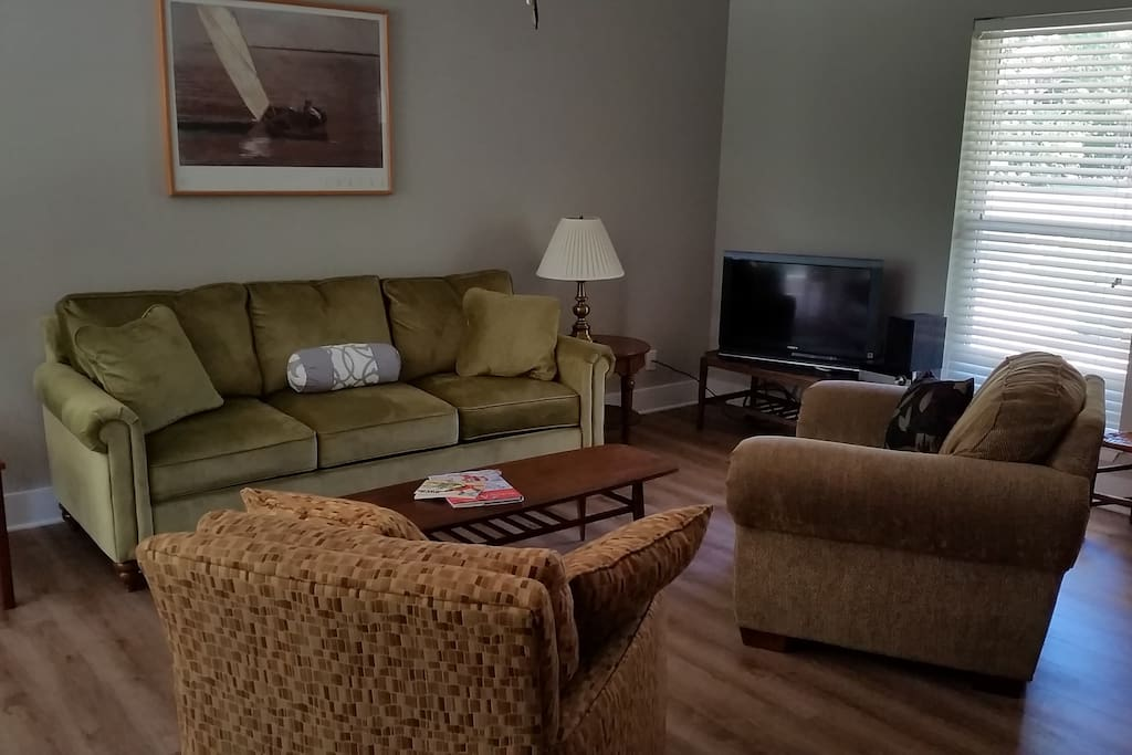Livingroom, with flatscreen tv, Comcast cable tv, high-speed wireless internet, and Sony stereo.