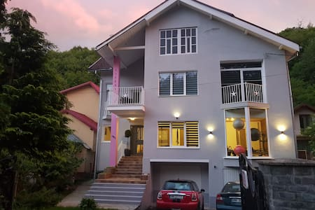 2 Bed Luxury Modern Apartment with friendly hosts