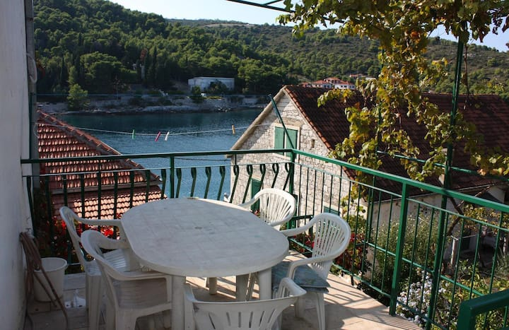 Two bedroom apartment with terrace and sea view Stomorska, Šolta (A-782-d)
