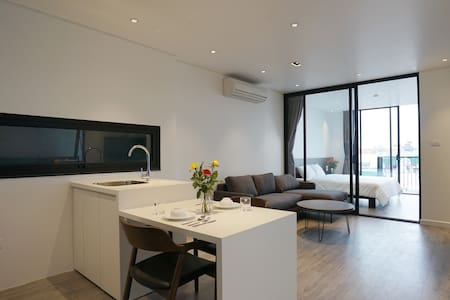 Brand new, modern style entire apt/Tay Ho,Westlake