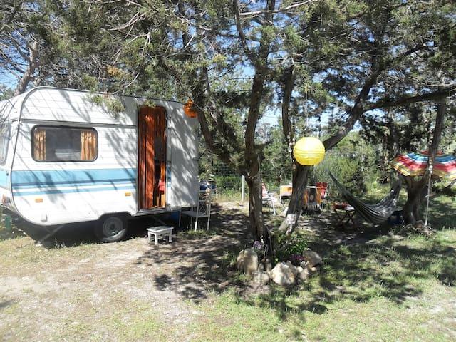 Wohnwagen auf Campingplatz in Sardinien - Cala Liberotto - Autocaravana