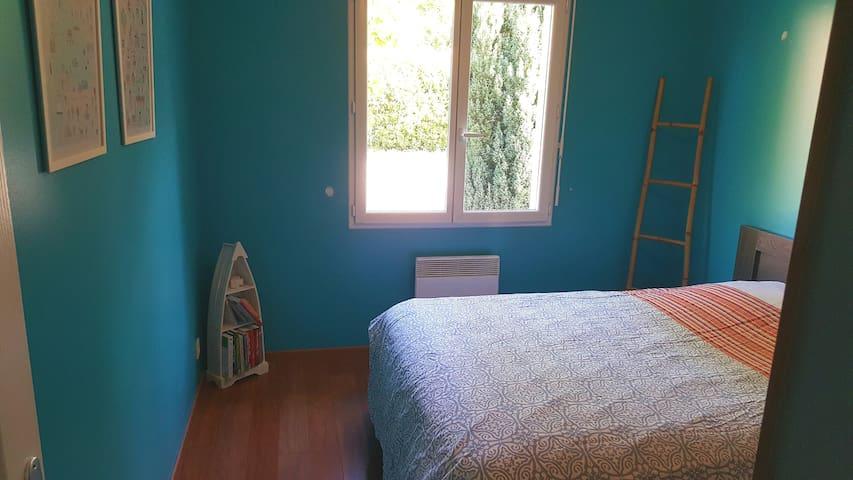 Chambre avec Lit double(140 cm), armoire, vue sur piscine.