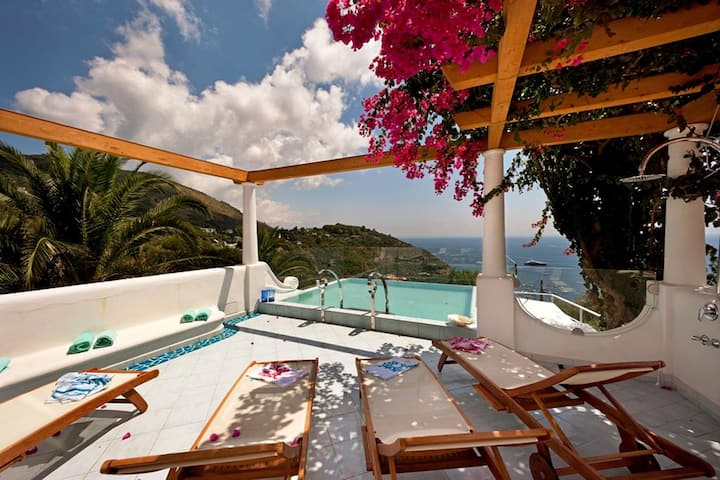 Villa Ariadne with Dazzling Sea View, Jacuzzi, Pool and Breakfast