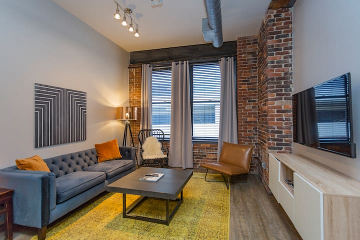 Downtown Nashville Loft > 1 block to BROADWAY! 207