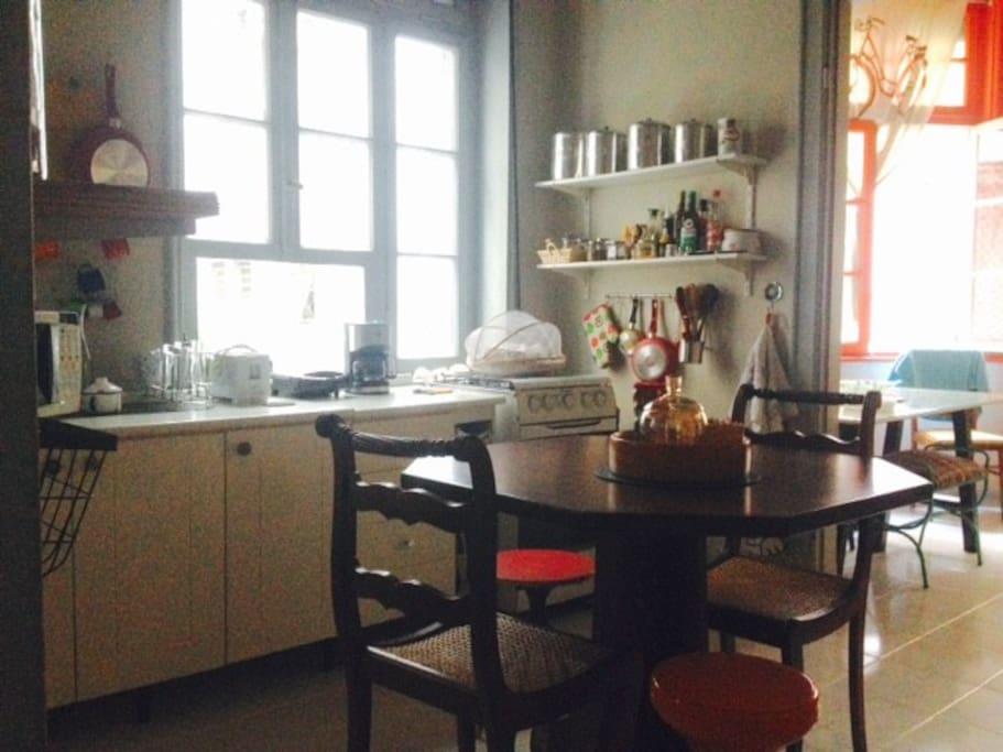 Cozinha e mesa de jantar