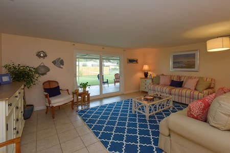 Cozy Cottage Getaway   2 Miles from Beach - Sarasota