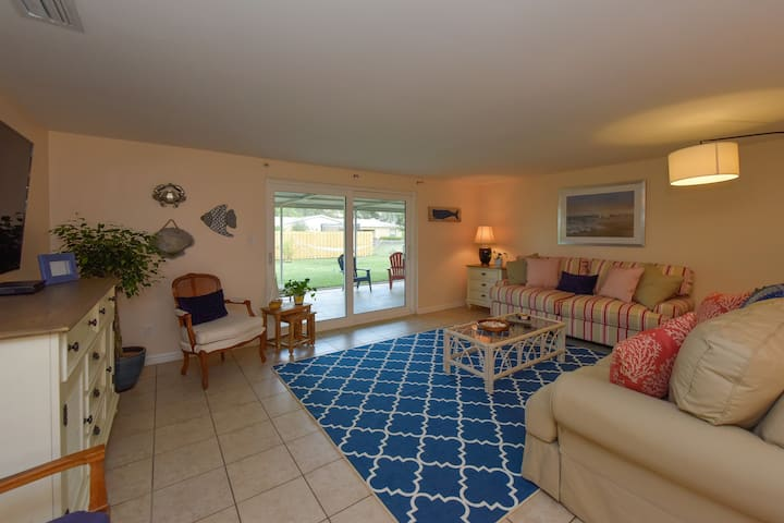 Cozy Cottage Getaway   2 Miles from Beach