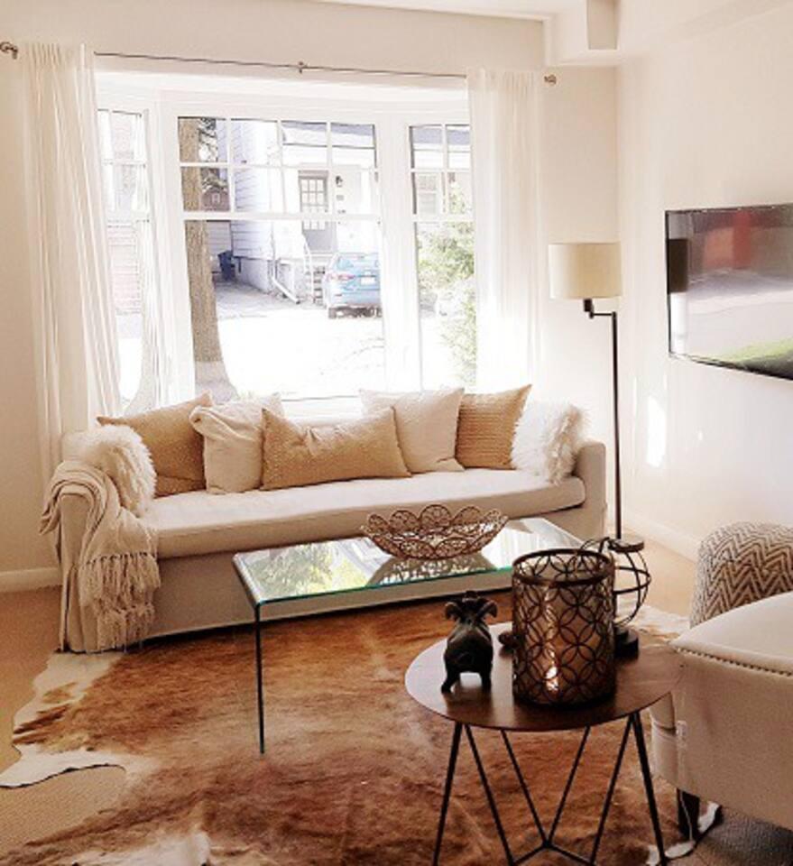 Living Room w Bay Window & Smart TV with Netflix, Spotify etc.