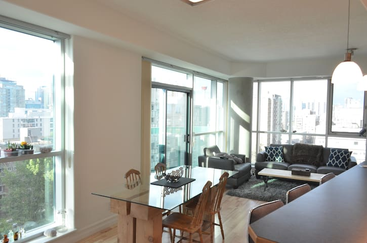 Two bedroom bright spacious downtown condo - Calgary - Ortak mülk