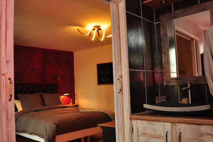 """Confortable chambre """"cuir"""" au cœur du parc naturel"""
