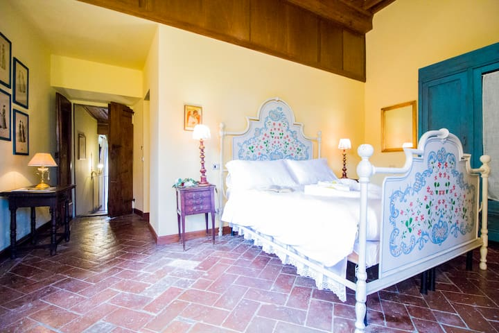 Prima camera da letto matrimoniale con  bagno privato con vasca / First bedroom with private bathroom with tub