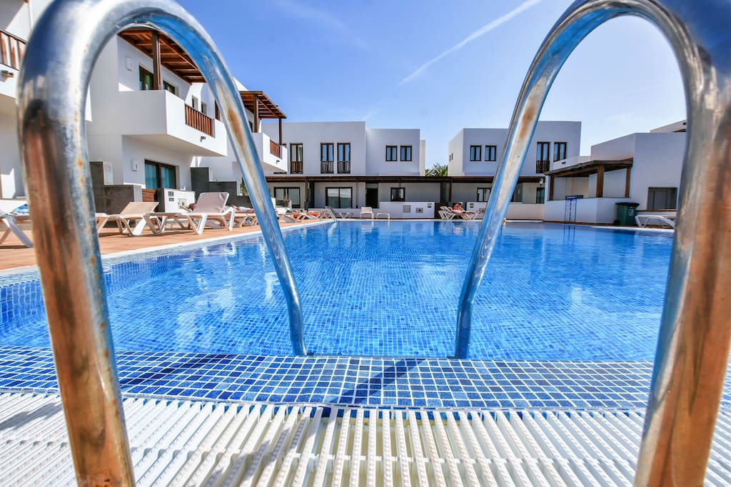 Preciosa piscina y amplia zona de solarium