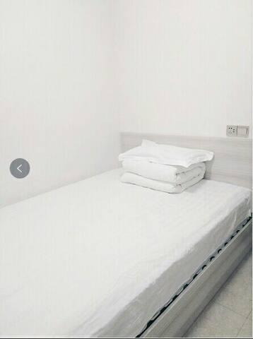 西侧卧(小)1.5米床一张