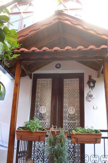 Hauseingang mit antiker Tür.