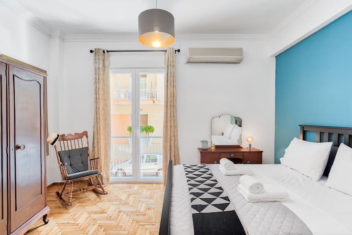 Retro chic 1-bdrm in lively Koukaki near Acropolis