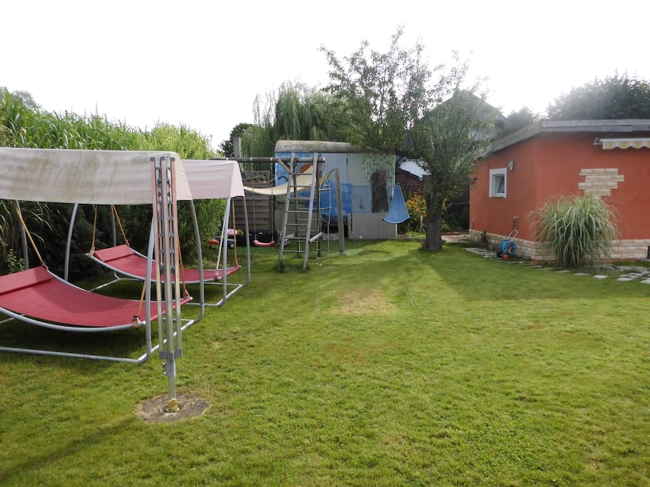 Garten mit Saunahaus