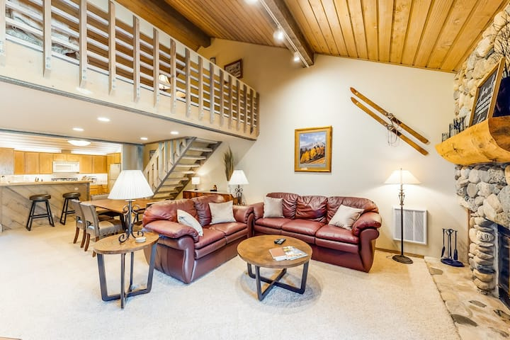 New listing! Three-level townhome on golf course near slopes w/ resort amenities