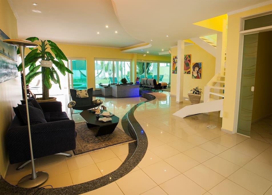 Sala de estar e escada para o segundo andar