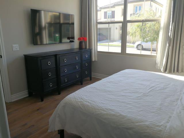 尔湾Stonegate, King Size大床房,带独立卫生间,可住一家三口。中文房东。