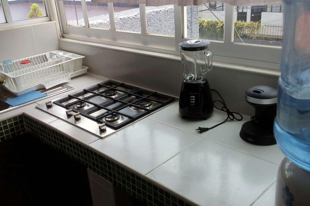 The kitchen is equipped with appliances and utensils.  La cocina está equipada con electrodomésticos y utensilios.