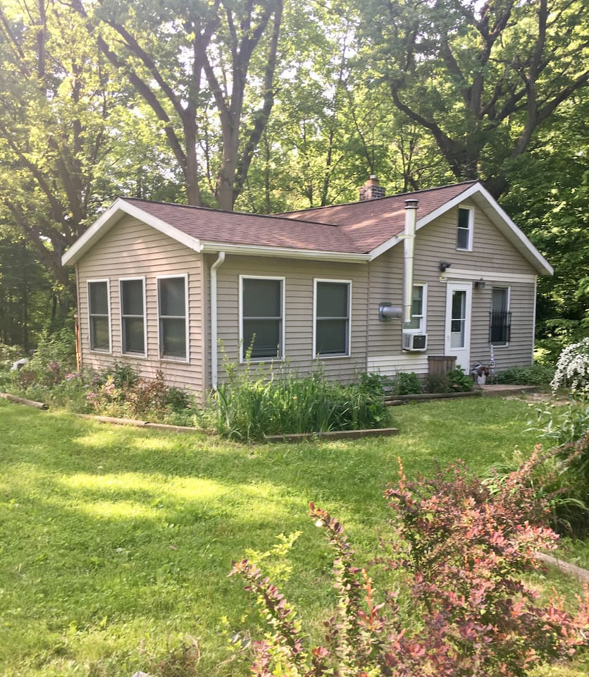 Lots of peaceful privacy for you plus pup, 8 minutes to 3 Oaks, Mi. for fun!