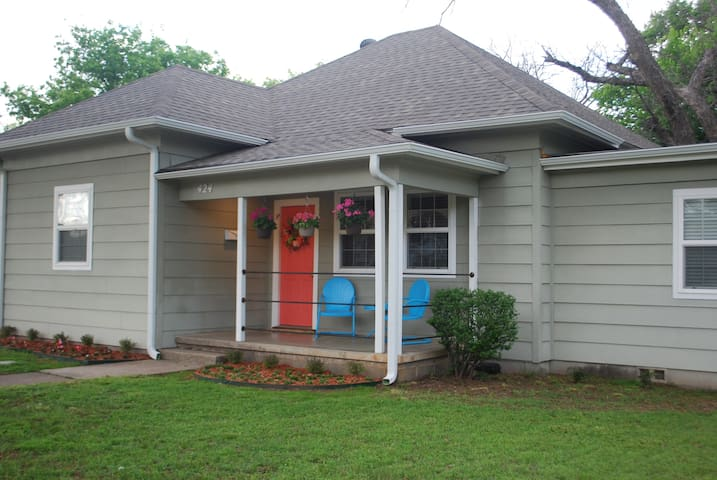 Coral Door Denton 3 blocks from DOWNTOWN! - Denton - Casa