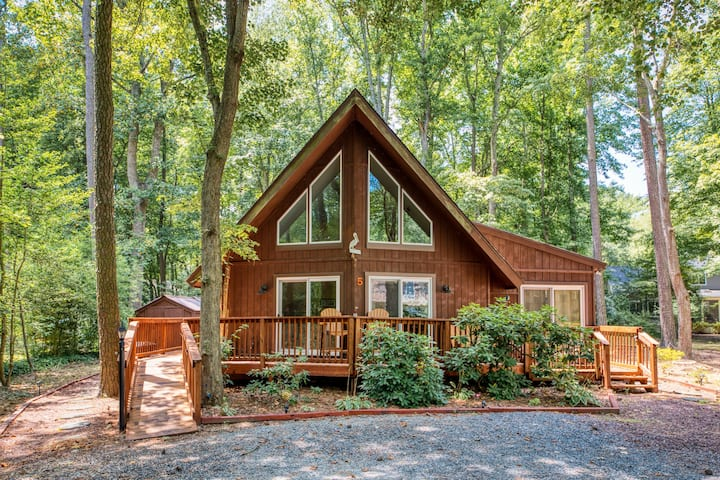 Family-friendly home on a wooded lot w/ a loft, deck, & fire pit