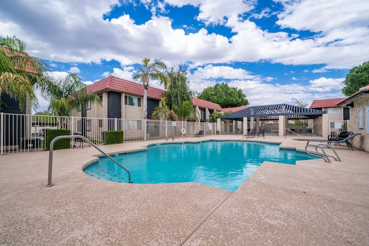 Cute & Cozy Condo| Staycation Spot! 1 Mile to ASU!
