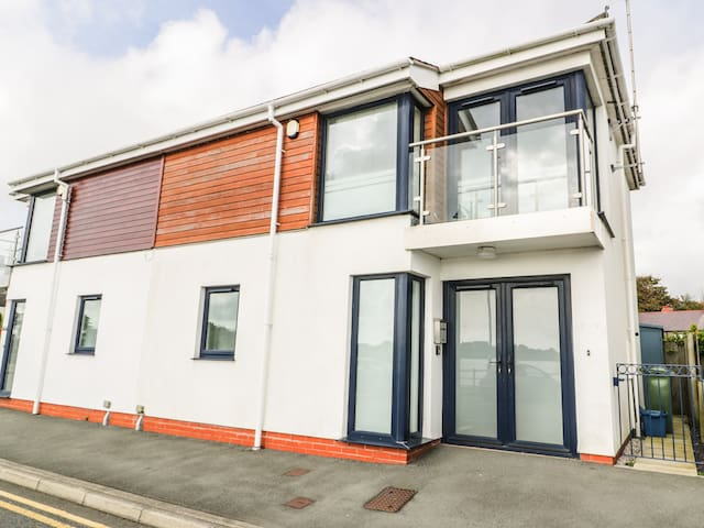 7 MARINA VIEW, pet friendly in Pwllheli, Ref 967525