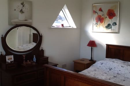 Welcoming room in family home - Southend-on-Sea - Penzion (B&B)