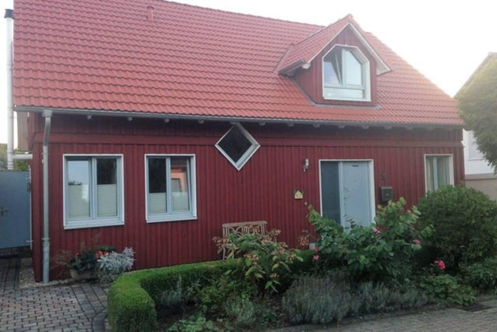 das originalgetreue Schwedenhaus von der Straße aus betrachtet