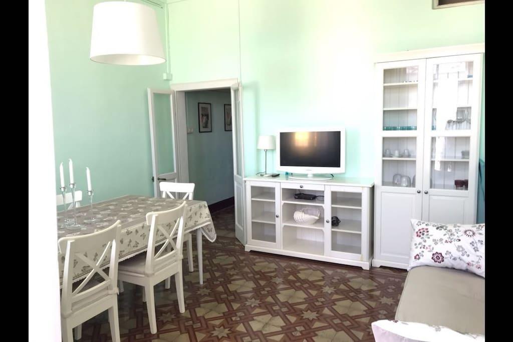 Soggiorno con divano e ampio tavolo con 6 posti..tv e accesso diretto al lungomare solo pedonabile