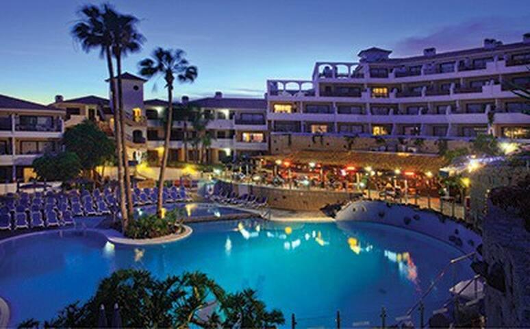 Pareja acompañante del hotel hermoso en Santa Cruz de Tenerife