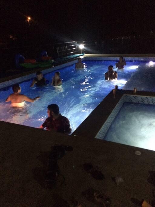 no tienes horario para el uso de la piscina día y noche puedes disfrutarla
