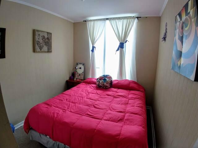 Habitación con cama matrimonial | Bedroom with queen-size bed.