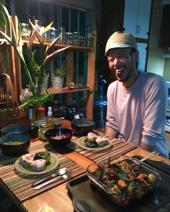 Es un placer compartir la mesa con huéspedes de todo el Mundo. Sonreír, el lenguaje universal.