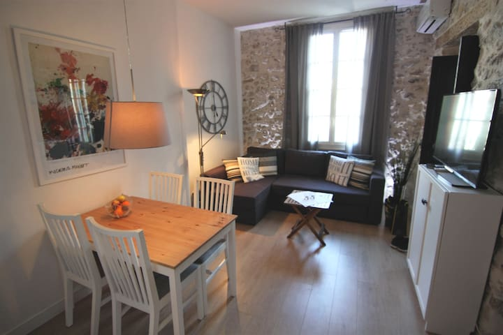 Center old Antibes, balcony AC WiFi cleaning incl