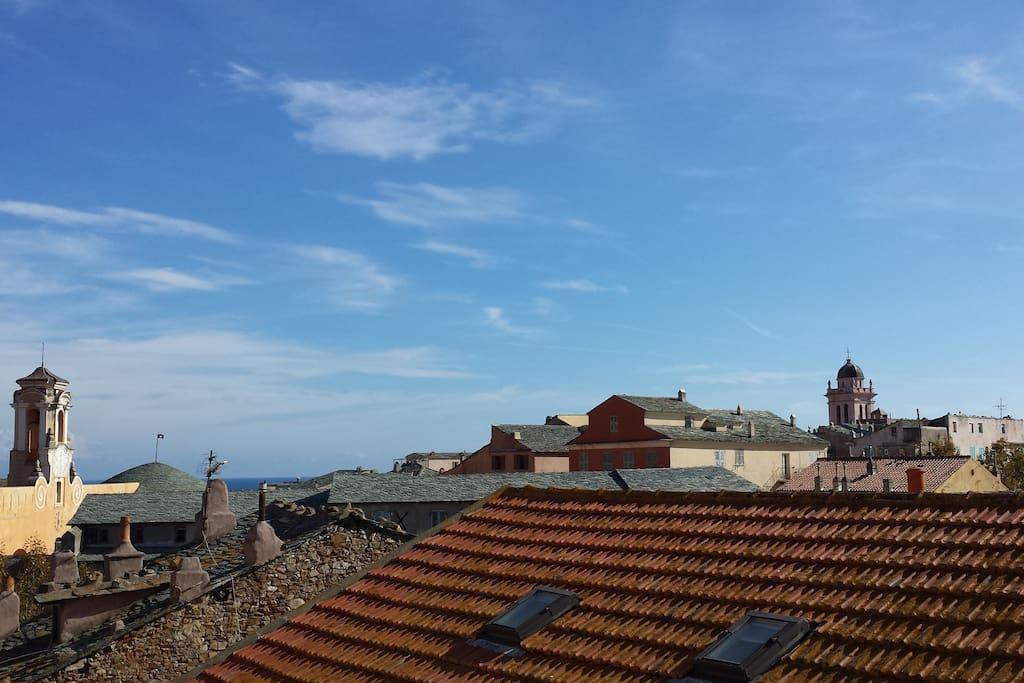 Les toits environnants et la Citadelle de Bastia. Surrounding roofs and Citadel of Bastia.