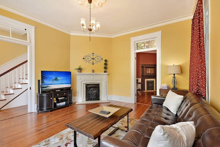 The Promenade (Historic Downtown) - Newly Renovated 3 Bedroom 2 blocks from King Street!