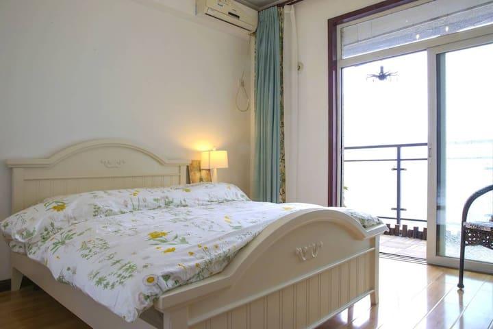 卧室1:南边带阳台大卧室,韩式床,有挂衣架,宜家床品
