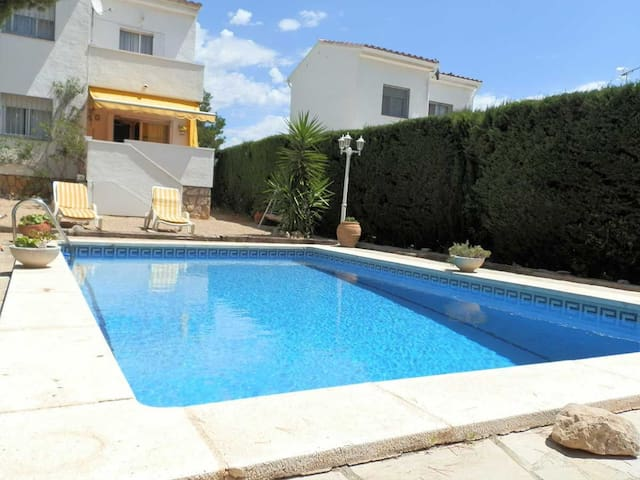 CASA DESERIK,Ideal house for your holidays near the sea, free wifi, private pool, pets allowed, dog's beach.