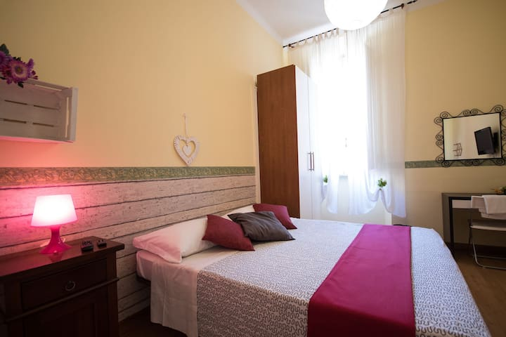 Nice room  near Coliseum with shared bathroom