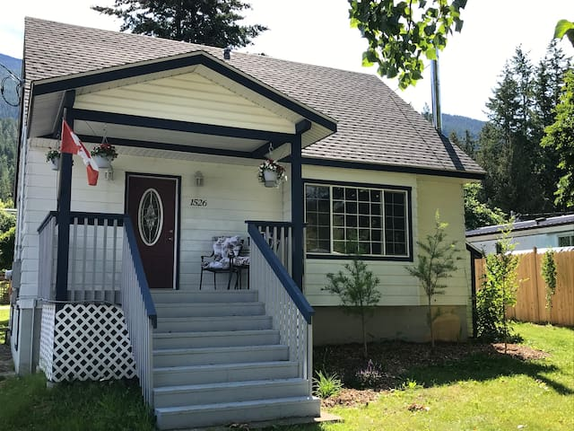 Beautifully Appointed Bluebell Cottage-Riondel, BC