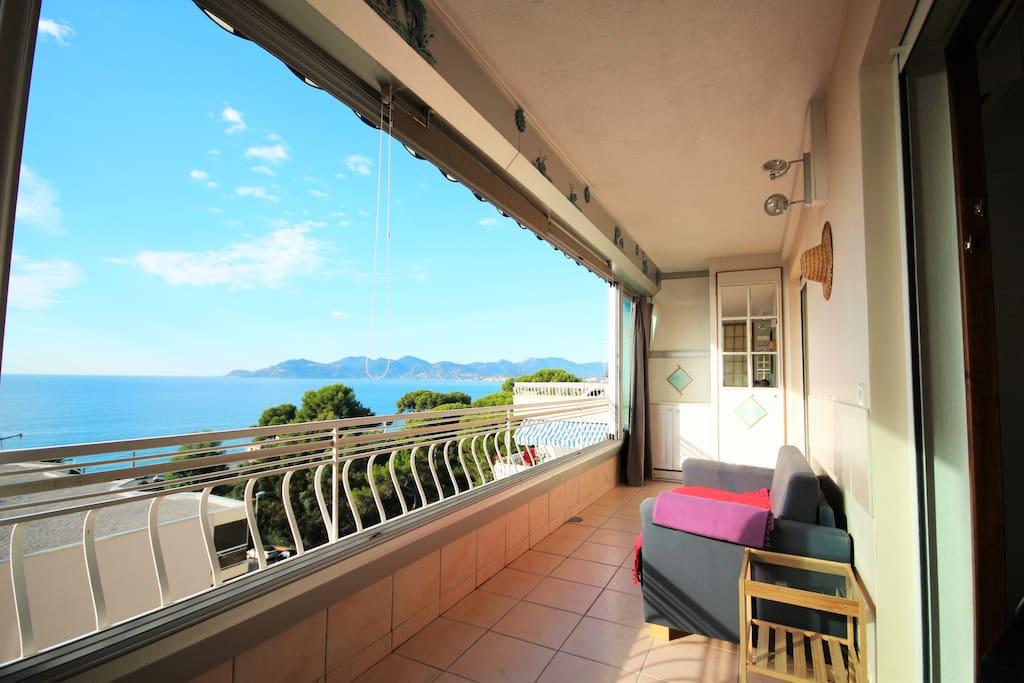 Voici la vue de votre terrasse. 180° sur la baie de Cannes
