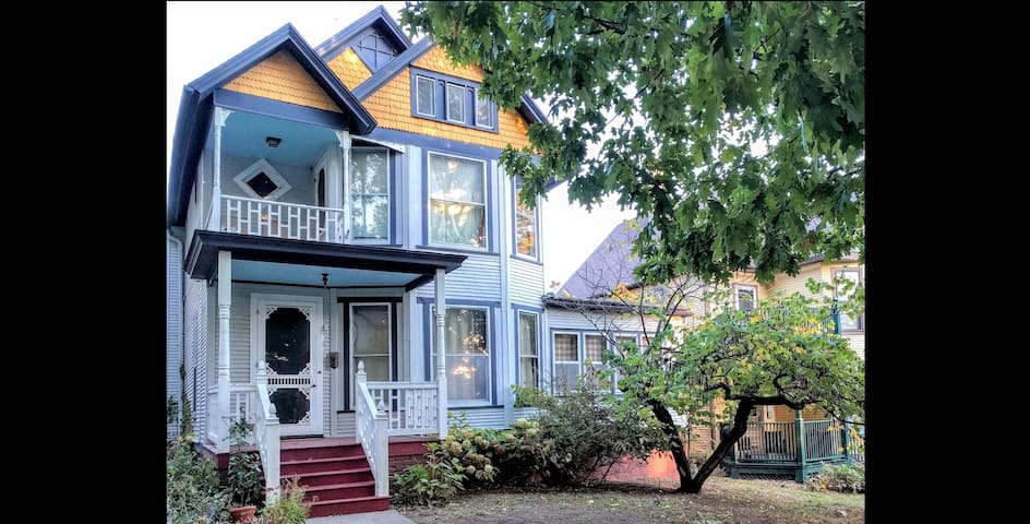 Downtown Victorian Perfect Location