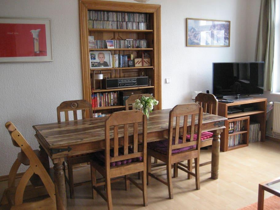 Hier am großen Tisch könnt Ihr beisammensitzen und essen, trinken und spielen.